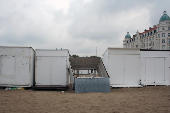 Strandhuisjes met op de achtergrond 'Palace Hotel'