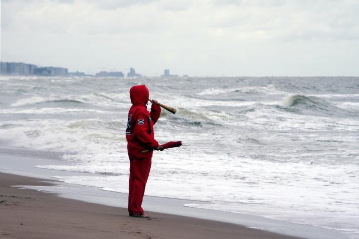 Redder op strand