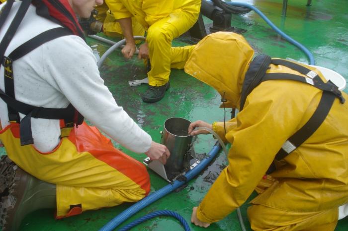Het water van een staal genomen met de Reineck Box Corer wordt weggezogen