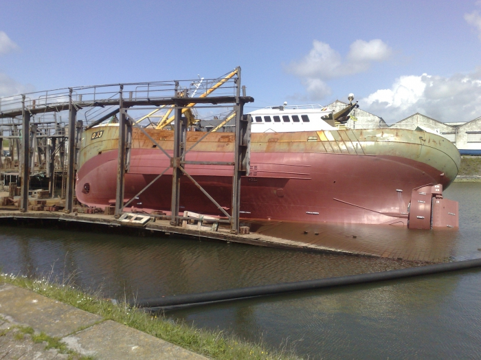 Vissersboot O.33 MARBI gekanteld op slipway
