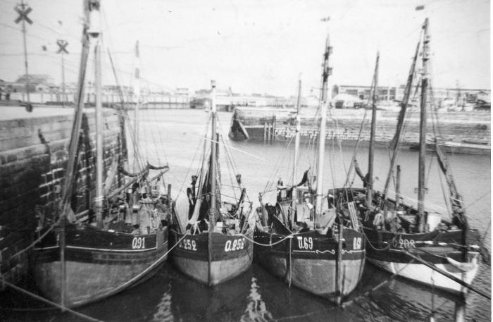O.91 Auguste-Marie  (bouwjaar 1925) met de O.252 Yvette-Huguette (bouwjaar 1941), de O.69 Oscar-Richard (bouwjaar 1925) en de O.208 F�mina  (bouwjaar 1927)