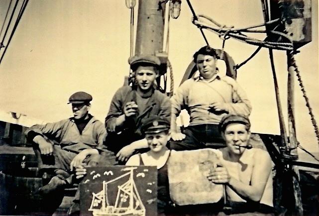 5 vissers op het dek