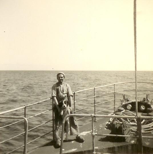 Man met hond aan boord van de O.282