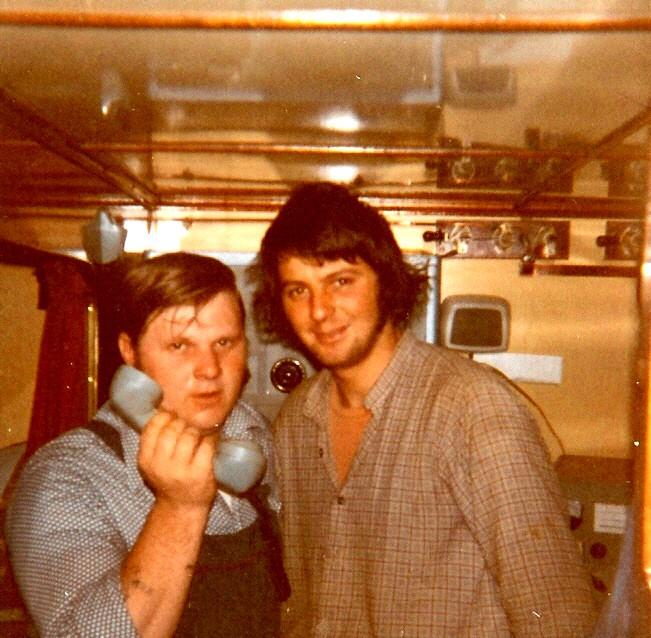 A. Vanhoutte en Y. Tjakke bij de telefoon