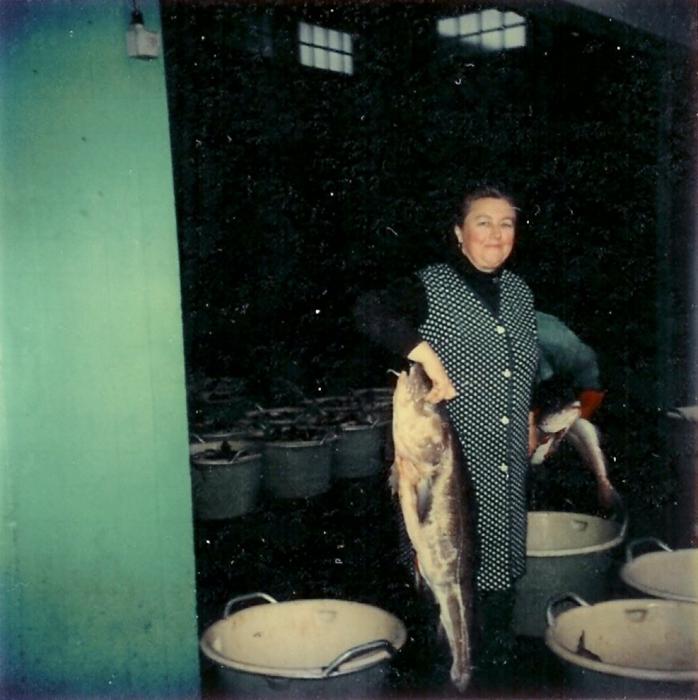 Vrouw met grote vis in vismijn