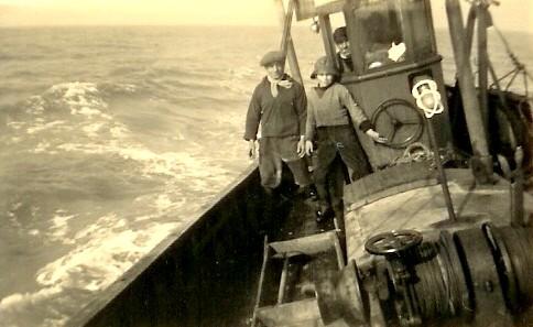 Vissers aan boord bij slecht weer
