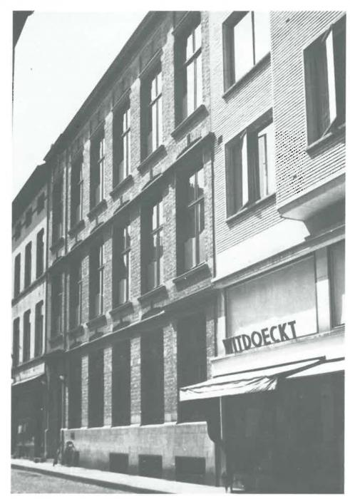 Van Caillie (1989, pl. 152)