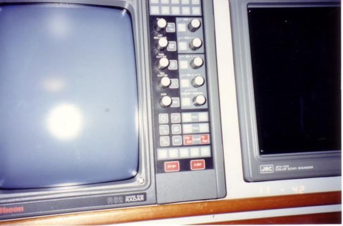 Radar (links) en echo sounder (vissersjargon: dieptemeter)
