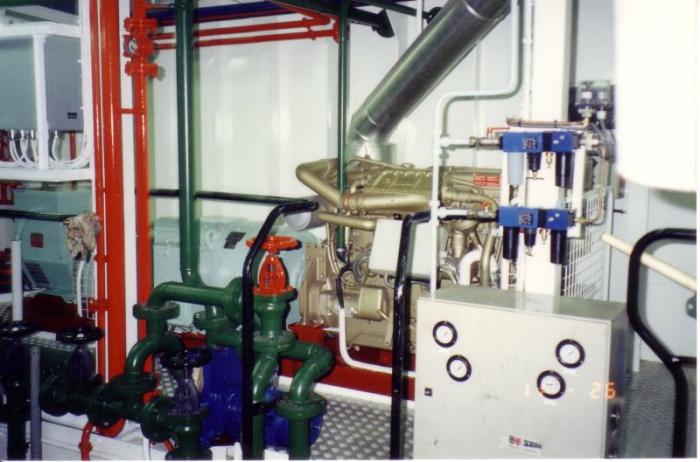 Hulpmotor met verscheidene afsluitkranen van Z.186 Shannon (Bouwjaar 1991)