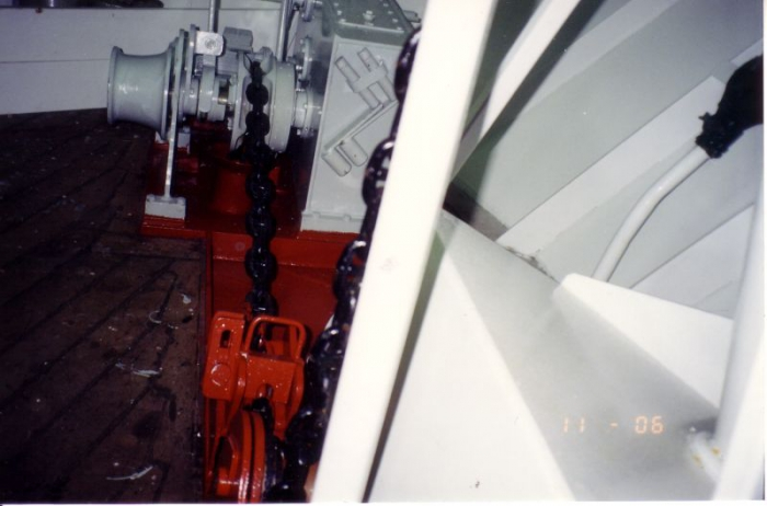 Ankerlier met ankerketting en kettingklauw (rood op voorgrond) Z.186 Shannon (Bouwjaar 1991)