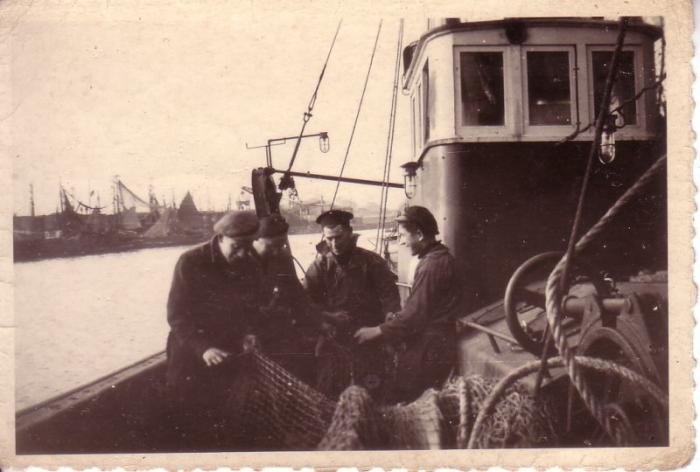 Netten herstellen in haven Zeebrugge