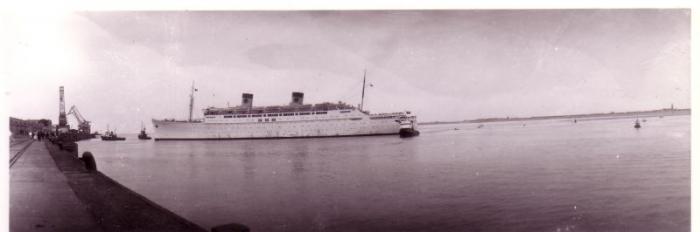 Passagiersschip legt aan bij oude havendam Zeebrugge