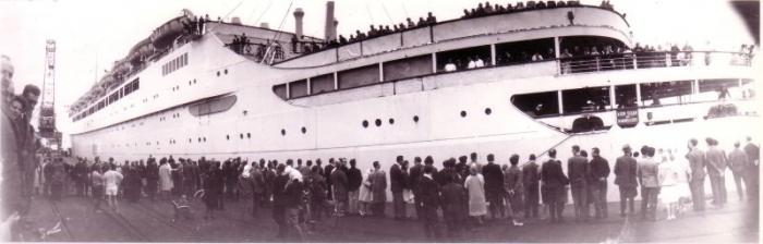 Passagiersschip afgemeerd aan oude havendam Zeebrugge.