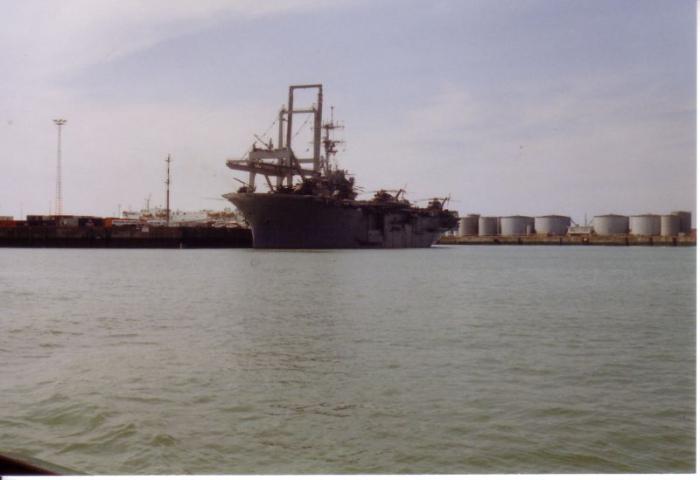 Amerikaans helikopterdekschip op bezoek in haven Zeebrugge