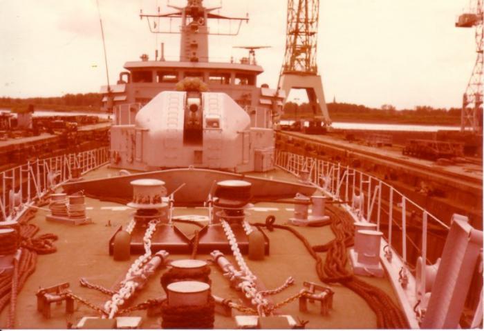 Fregat in droogdok voor onderhoud