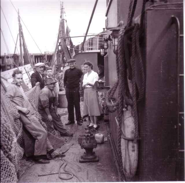Vissers en een vrouw aan boord