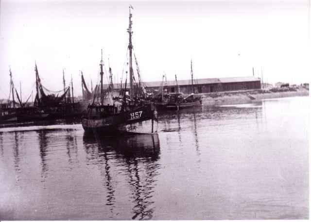 H.57 Madeleine-Raymond (bouwjaar 1931) verlaat haven Zeebrugge