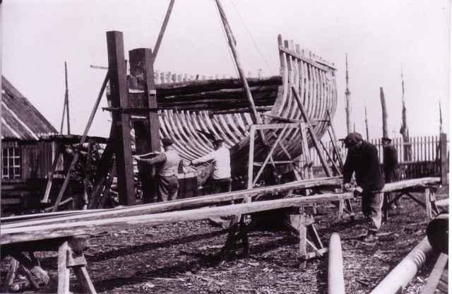Houten vissersvaartuig in aanbouw