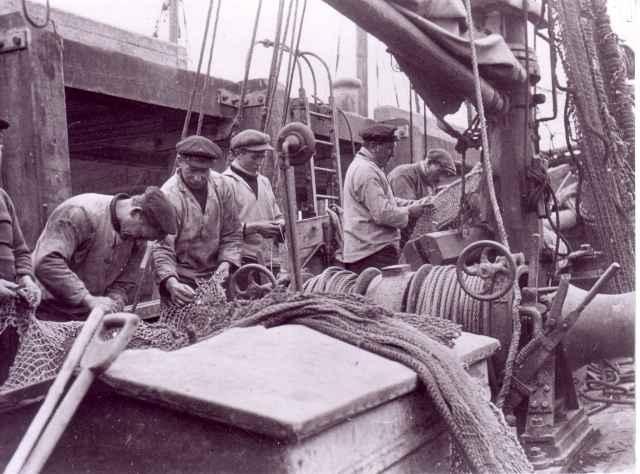 Netten herstellen op de H.69 Maris Stella (bouwjaar 1932)