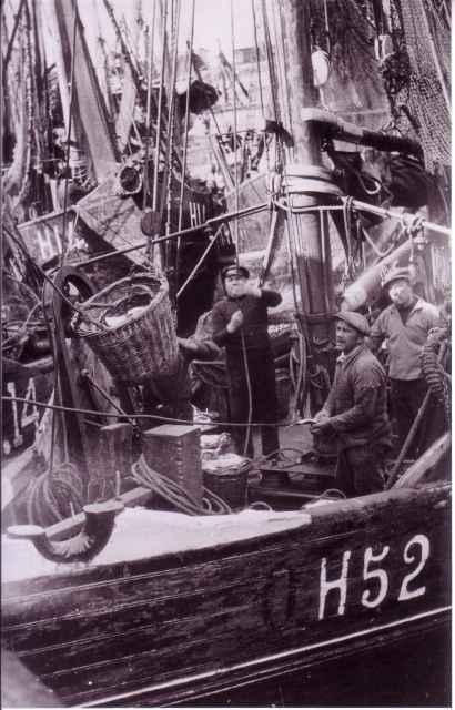 H.52 Eug�nie-Madeleine (bouwjaar 1927) lost vis te Zeebrugge