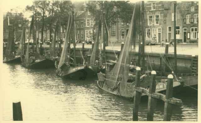 Boten uit Arnemuiden aan kade van onbekende Nederlandse haven