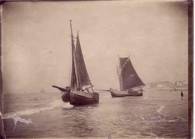 Platbodems op strand Heist, wachtend op hoog water om uit te varen