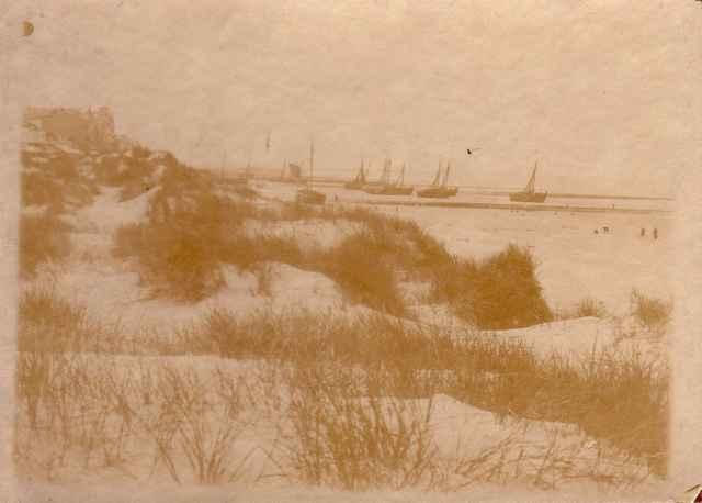 Winterbeeld van platbodems op strand van Heist