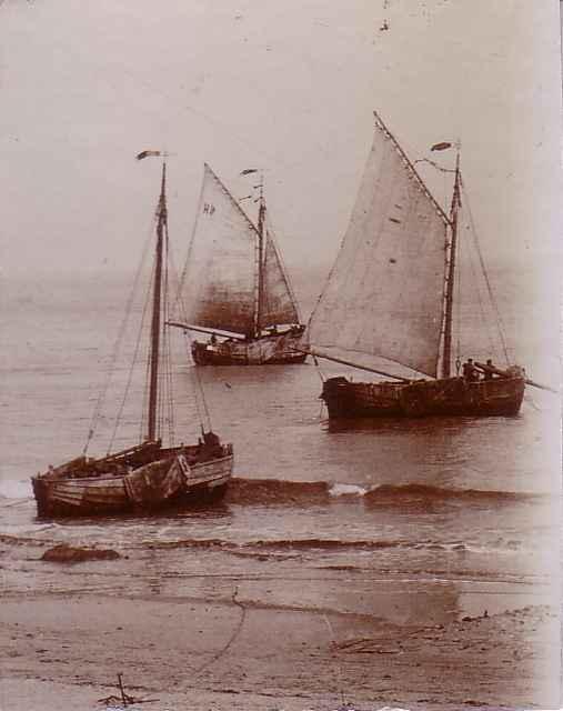 Platbodems varen vanaf strand van Heist uit ter visserij