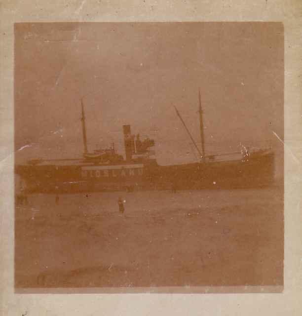 """Het koopvaardijschip """"Midsland"""" gestrand."""