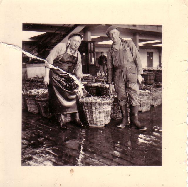 Vissers met vangst in vismijn Zeebrugge