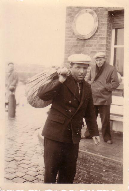 Vissers aan oude vismijn Zeebrugge