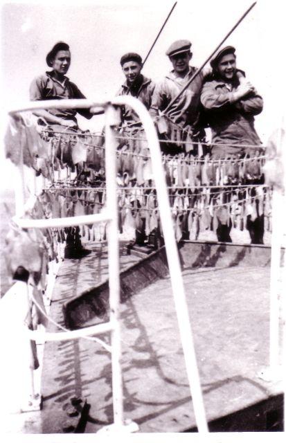 Vissers met droogvis op de Z.412 Belgian Resaercher (Bouwjaar 1950)