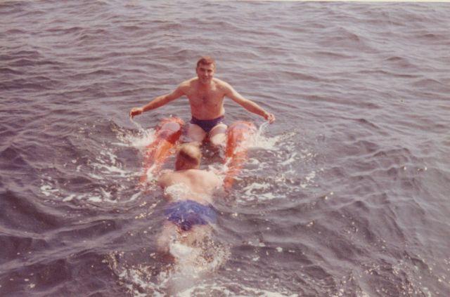 Zwempartij met vlotje
