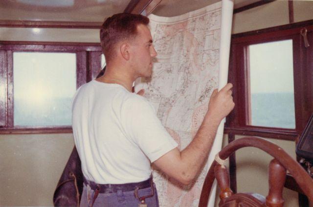 Jan De Voogt met kaart in de brug