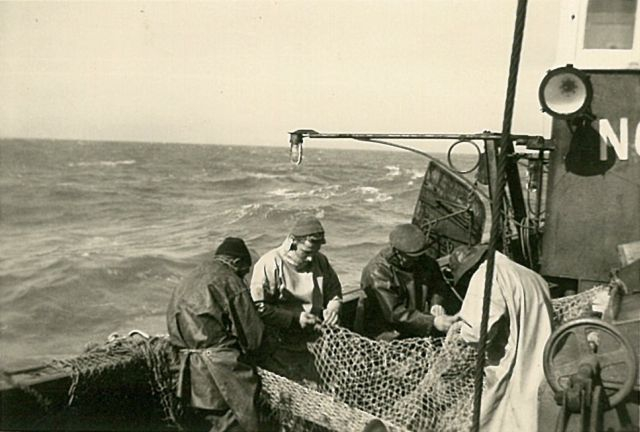 Vissers met net aan boord