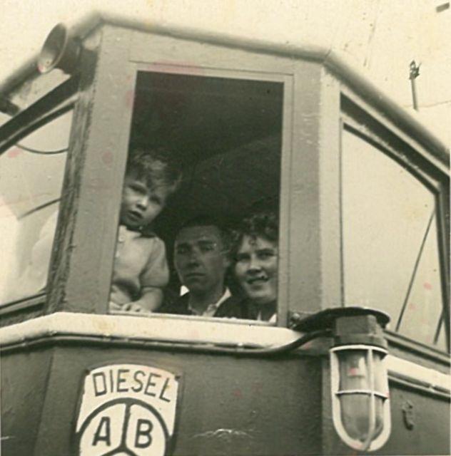 Vissers met kind op brug van de Z.251 Bobby (Bouwjaar 1943)