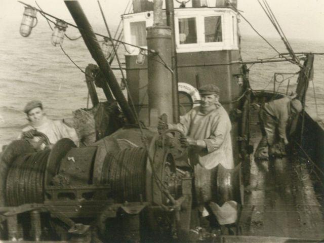 Vissers aan boord van de Z.449 Zeemanshoop (bouwjaar 1945)
