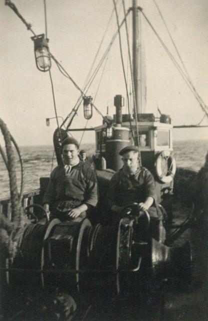 Vissers aan de winch van de Z.517 (Bouwjaar 1931)