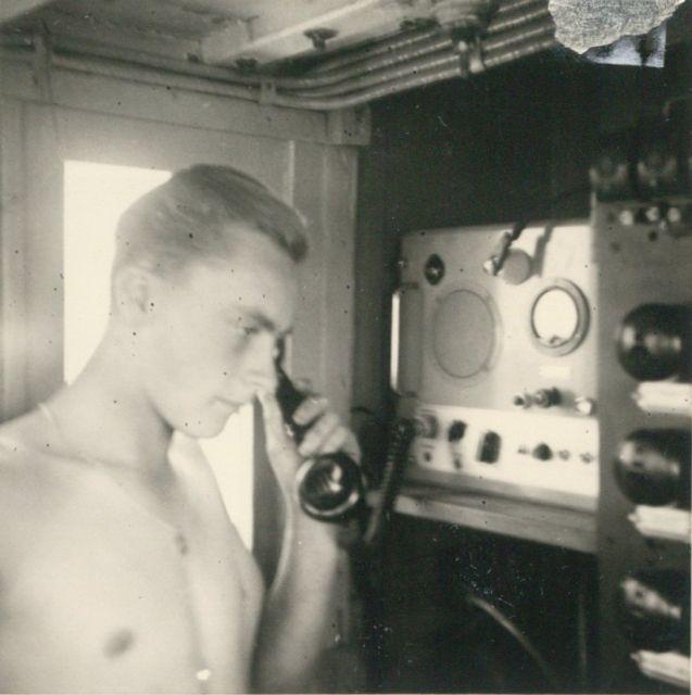 Andr� Van Torre telefoneert vanop de Z.583 Sunny Boy (Bouwjaar 1947)