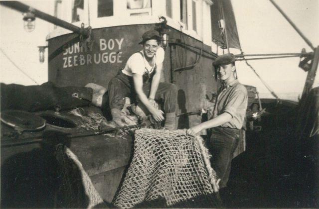 Vissers met net aan boord van de Z.583 Sunny Boy (Bouwjaar 1947)