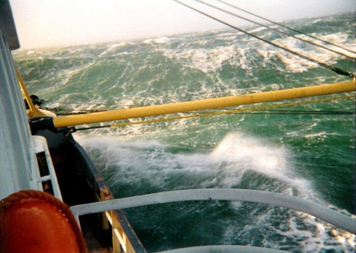 Storm op zee: voor de wind lopend