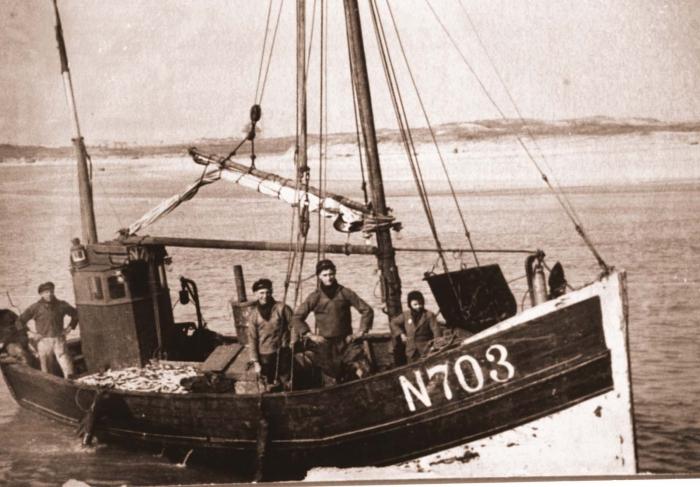 Bemanning aan boord van de N.703 die is volgeladen met haring