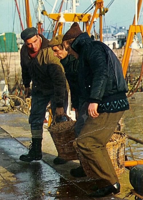 Vissers brengen manden vis op de kade