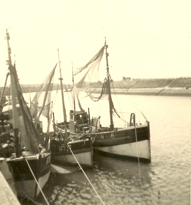 N.707 Alexander (bouwjaar 1909), N.706 en onbekend schip in de haven