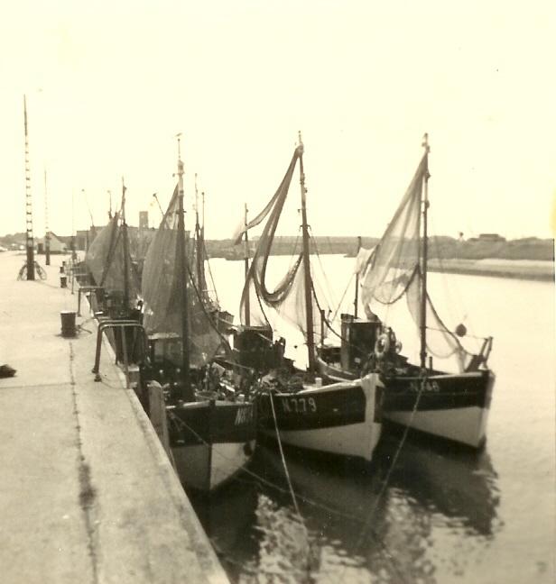 N.779 (Bouwjaar 1942) en andere schepen in de haven