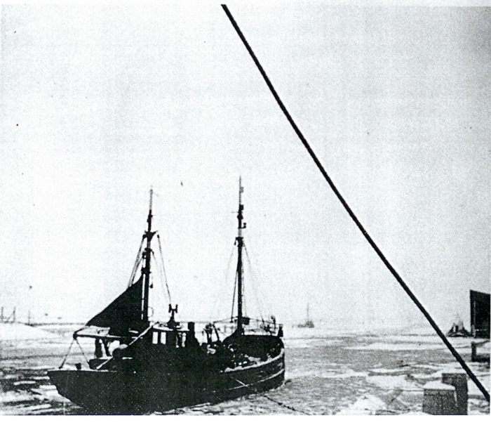 Schip ingevroren tijdens winter 1962