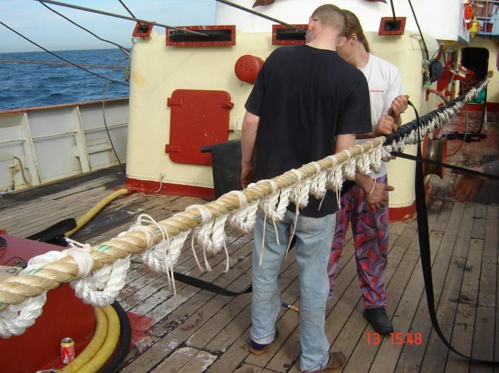 Vissers met touw in de weer