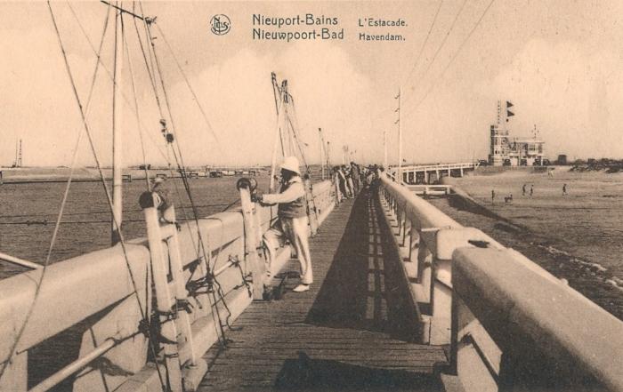 Volk op de havendam in Nieuwpoort-Bad