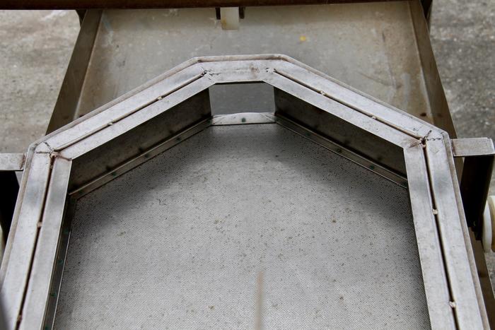 De zeef van de opspoeltafel in detail