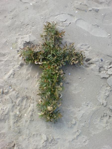 Een kruis op het strand.
